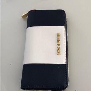 Micheal Kors zip wallet